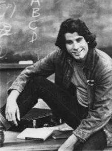 John Travolta en 1976 (photo publicitaire pour la sitcom Welcome Back Kotter de ABC) [domaine public]
