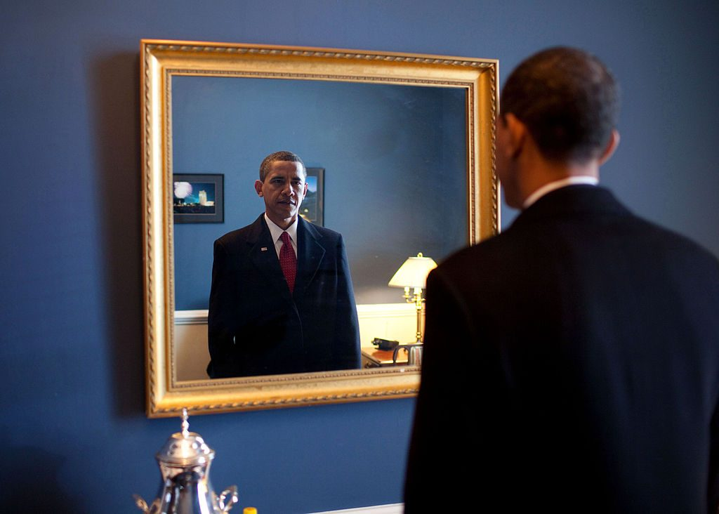 Devant un miroir à la Maison Blanche en 2009 (ph. Pete Souza - Official White House) [DP]